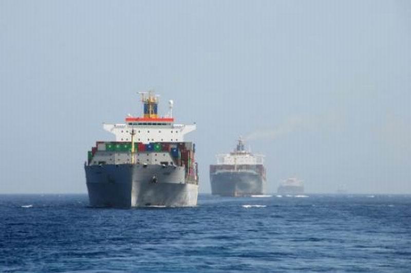 中国海军护航舰艇编队首度为4艘商船护航 一字排开 壮观组图
