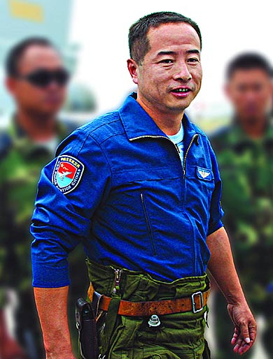 歼10副师长:曾违反禁令驾机贴地40米高连续横滚