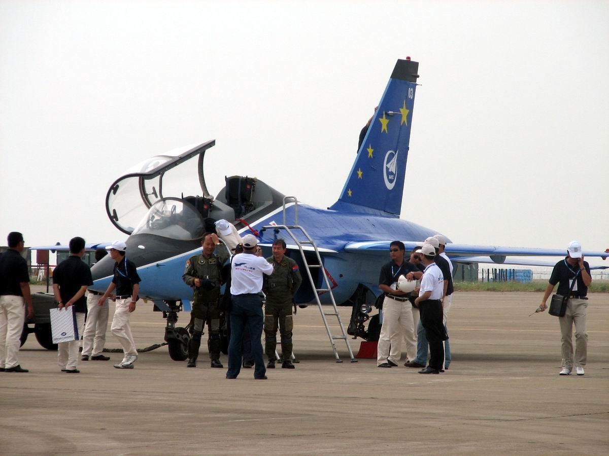 L-15这俩飞官怎么看起来比雷强年纪还大?(图)