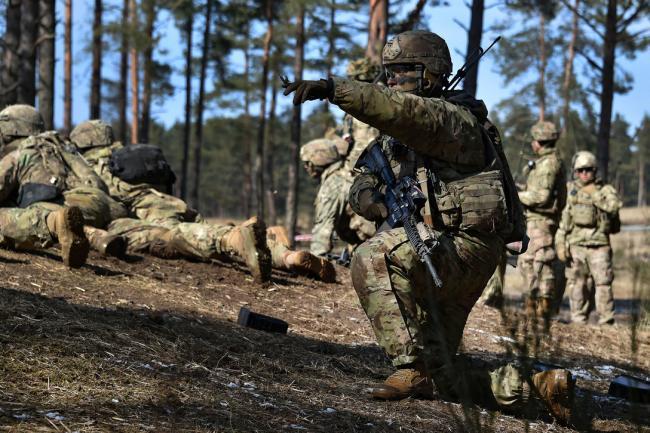 美军伞兵在德国进行实弹演习