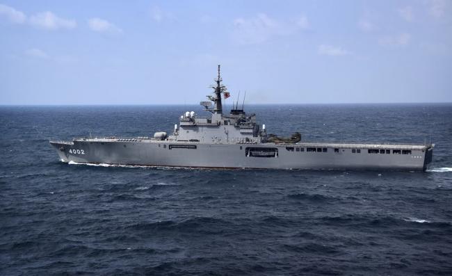 美日两栖舰东海航行 日舰冒浓烟污染环境