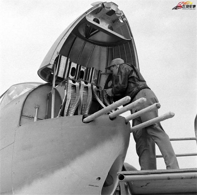 老照片:B-25米切尔轰炸机的枪炮特写