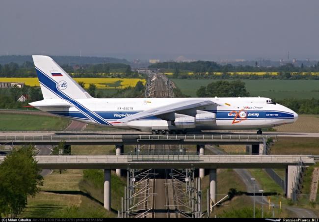俄罗斯大飞机太生猛:安124在高架桥上起降
