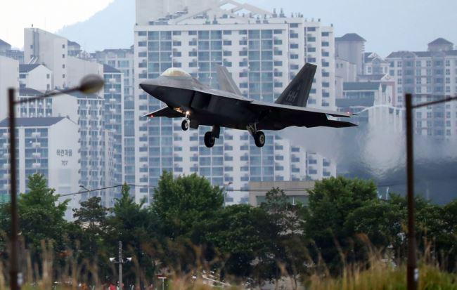 """美国空军一架F-22 """"猛禽""""战机在韩国光州空军基地降落。(2018年5月16日)"""