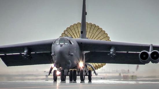 美军B52今日飞抵南海演练 或为回应中国轰6K上岛礁