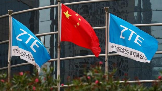 中兴通讯在深圳的总部外飘扬的该公司旗帜和中国国旗。(路透社)