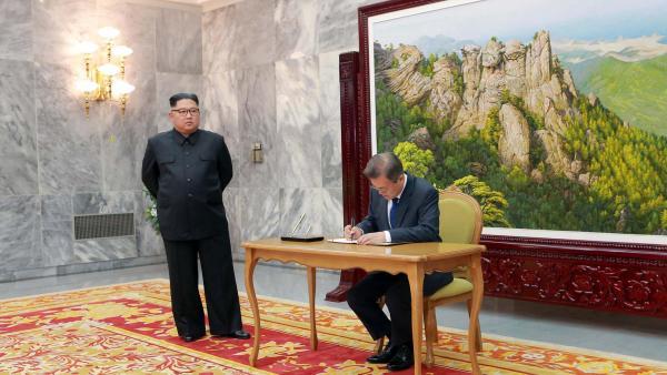 朝鲜最高领导人金正恩与韩国总统文在寅资料图片路透社资料图片