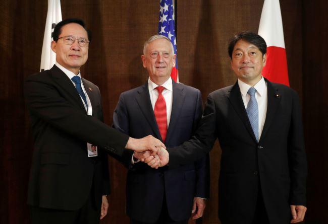 (由左至右)韩国国防部长宋永武、美国国防部长马蒂斯和日本防卫大臣小野寺2018年6月3号在新加坡的香格里拉对话期间举行三方会谈