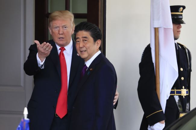 川普总统欢迎日本首相安倍晋三到访白宫。2018年6月7日。