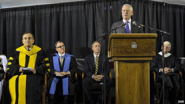 美国国防部长马蒂斯在美国海军战争学院毕业典礼上讲话。(2018年6月15日)