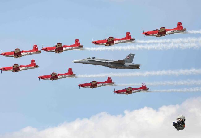 英國紋身會 F-35、B2同台表演