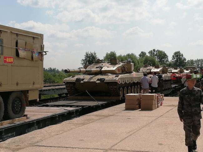 参加坦克两项赛中国96B坦克抵达莫斯科郊外