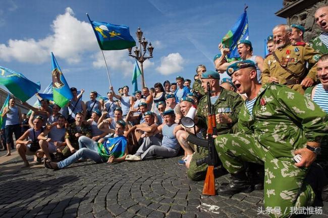 俄军大兵与女友欢庆俄罗斯空降兵日