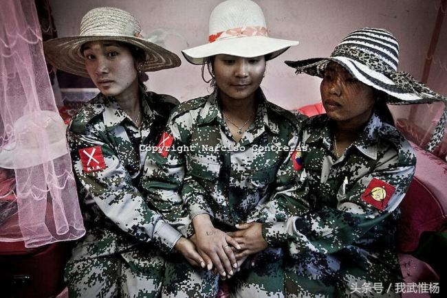 持56式和81式改造步枪的缅北女兵剪影
