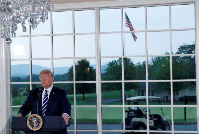 美国总统川普2018年8月7日在新泽西州贝德明斯特的川普高尔夫俱乐部举行的商业领袖晚宴上发表讲话。