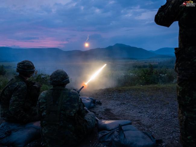 加拿大士兵射击大口径机枪 场面亮眼