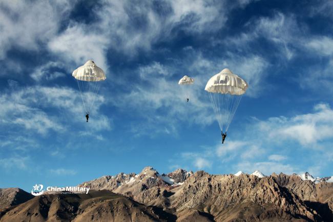 解放军雪域高原进行伞降训练