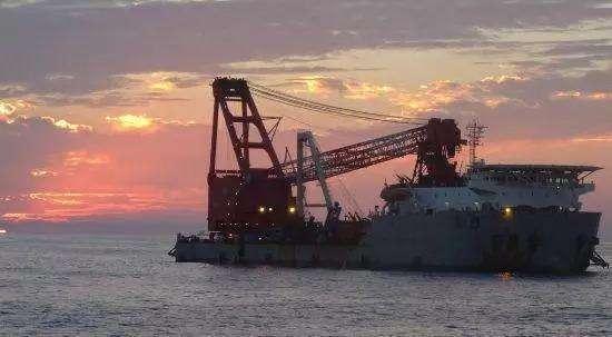 中国打捞船正在南海打捞一个大家伙