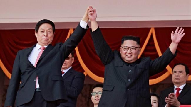 金正恩与栗战书牵手   出席朝鲜大阅兵