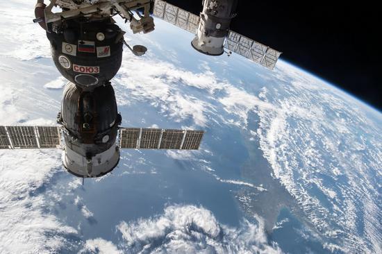俄媒:美航天员想回地球故意钻孔 才致飞船发生漏气