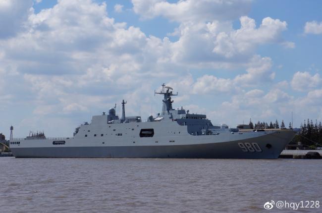 中国海军最新一艘万吨两栖舰亮相 弦号980