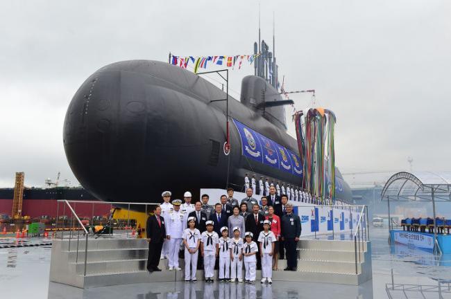 韩国最新潜艇下水 韩总统亲自到场