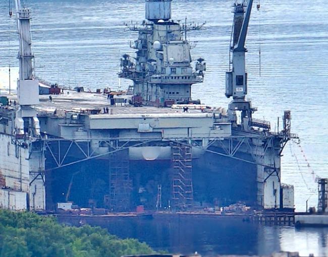 俄正接受大修唯一航母乘浮动船坞离开港口