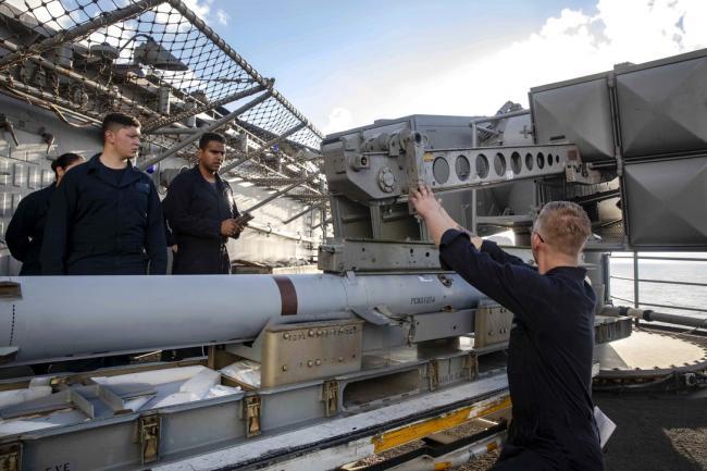 美国海军士兵进行舰对空导弹安装训练