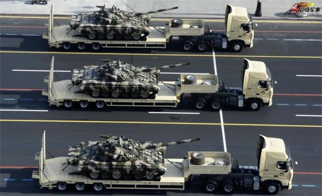 阿塞拜疆首都阅兵:坦克装甲车放拖车上