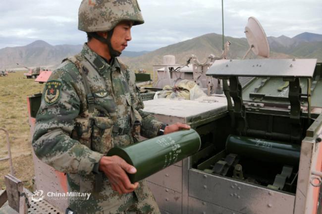 炮兵青藏高原實彈發射某型突擊炮錘煉本領