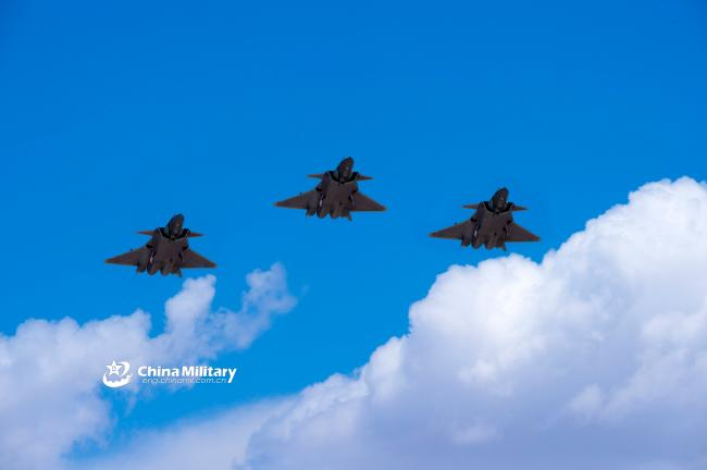 四機同框!殲20最新飛行訓練照片曝光