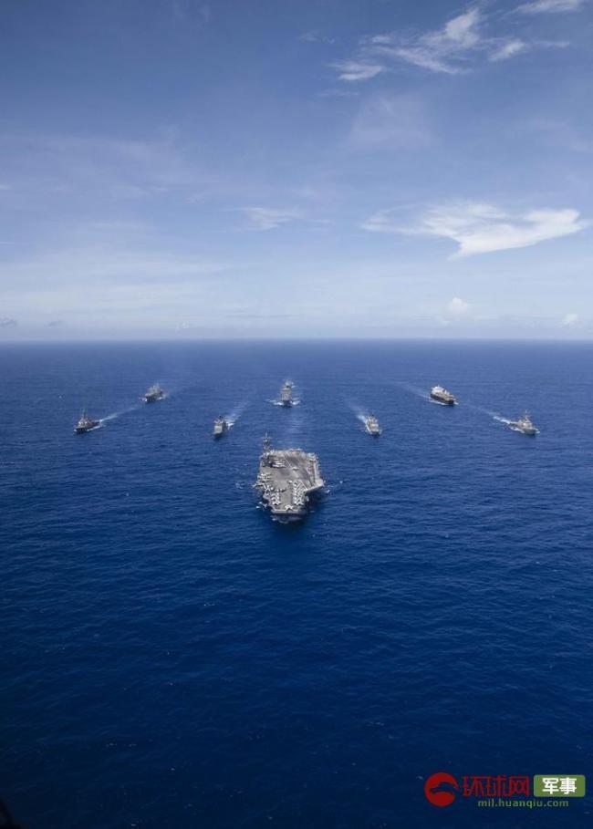 美國海軍西太秀武力 轟炸機飛掠航母戰斗群