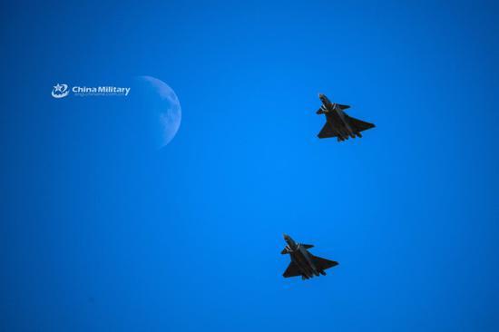中国歼20与月亮合影 4架隐身战机编队显大国实力