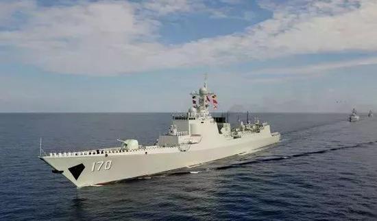 美日军舰在南海互动编队航行 发现一熟悉身影抵近