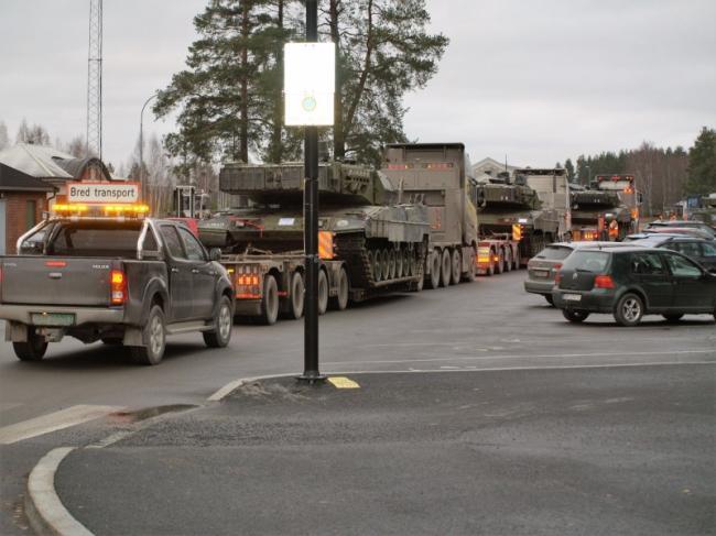 坦克回家全靠车拉:参加完演习的豹2坦克回国