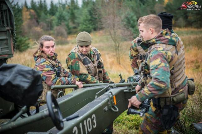 比利時陸軍炮兵實彈射擊 女兵醒目