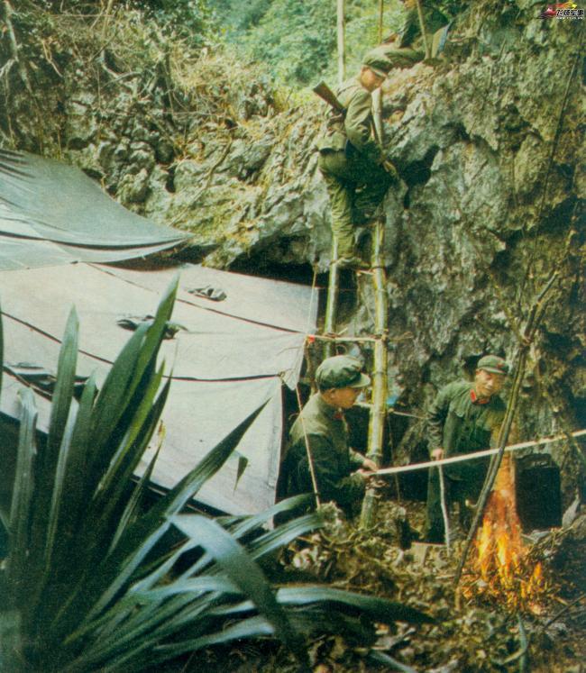 老照片:70年代的解放军步兵部队演习