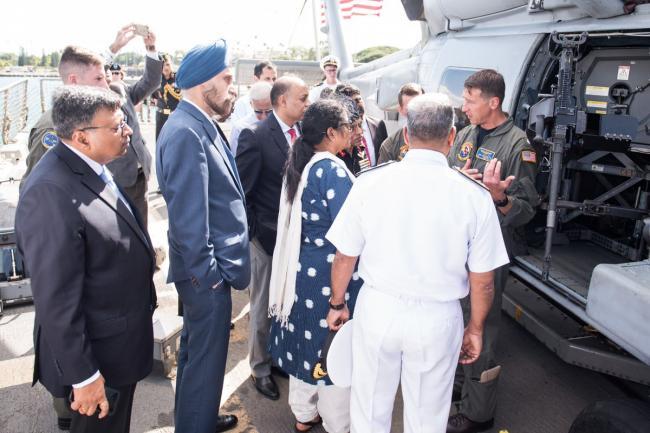 印度女防长访问珍珠港登驱逐舰