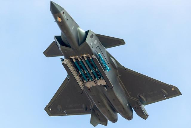 歼20要比美军F22少挂两枚导弹?数量不足质量可补