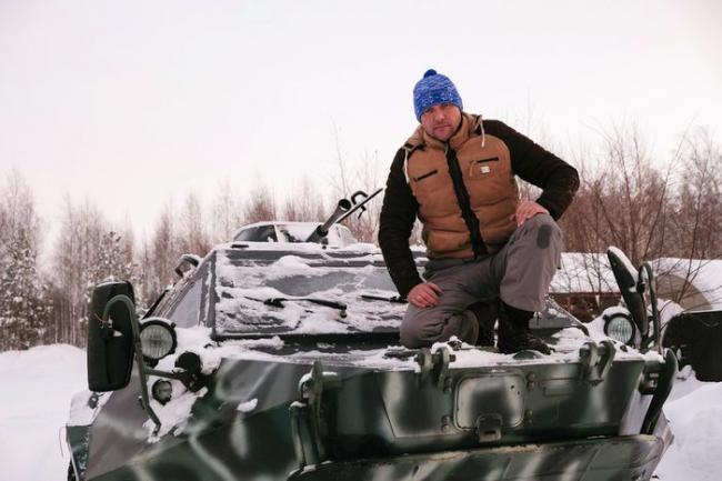 俄罗斯男子开装甲车逛公园 装甲车证照齐全