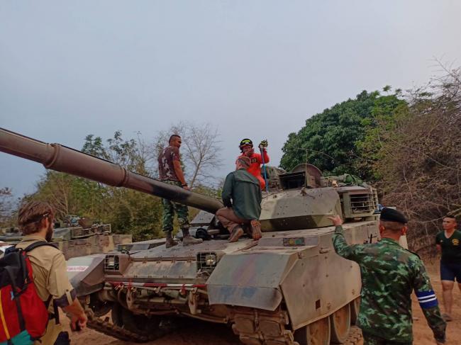 泰国VT4坦克钻进一条眼镜王蛇 士兵束手无策