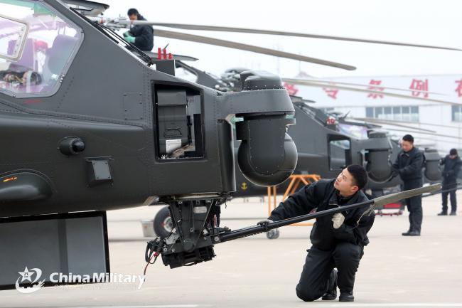 解放军维修人员对直升机全面检查