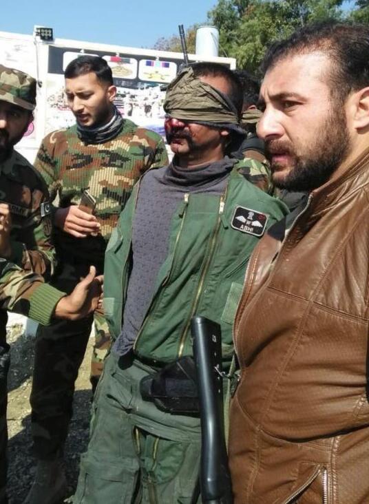巴基斯坦公布印度战机被击落现场俘获飞行员