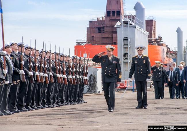 俄最先进攻击核潜艇顶着海冰出海了