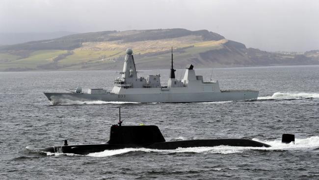 英国海军45型驱逐舰为机敏级核潜艇护航