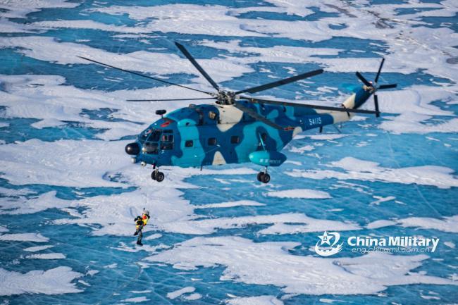 直8运输直升机在冰原中超低空飞行