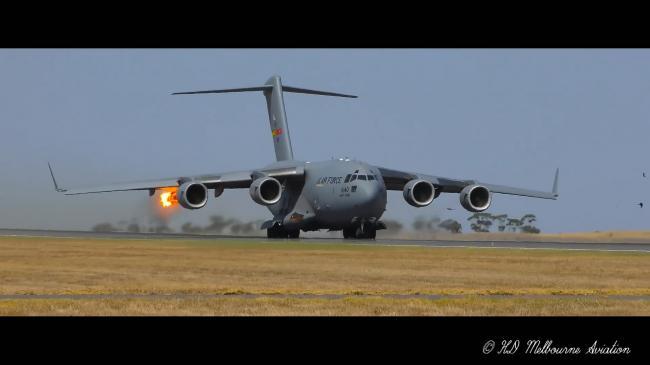 美军机捧场澳航展起飞时发动机撞鸟喷出火焰
