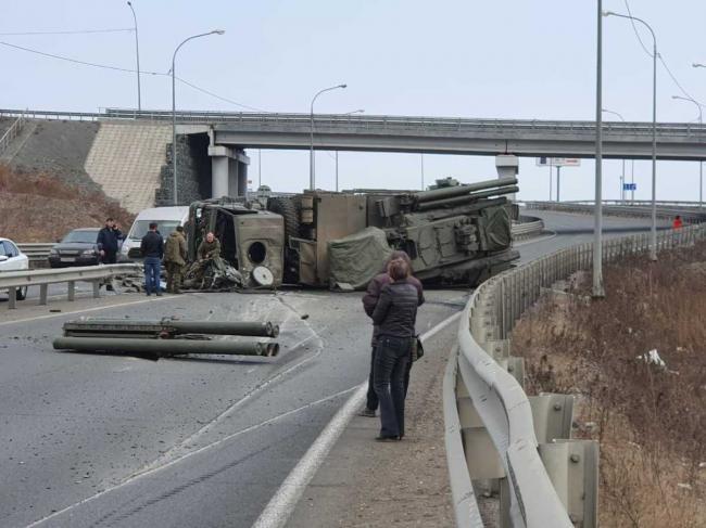事故不断:俄罗斯铠甲S防空导弹公路上侧翻