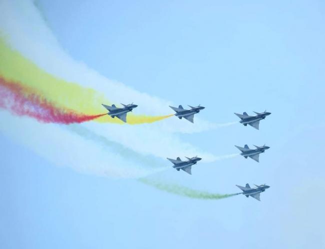 八一飞行队为巴国庆彩排在巴首都上空飞行