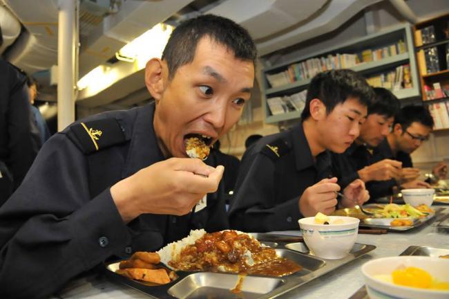 日远洋训练舰队射完导弹返航舰员大吃咖喱饭